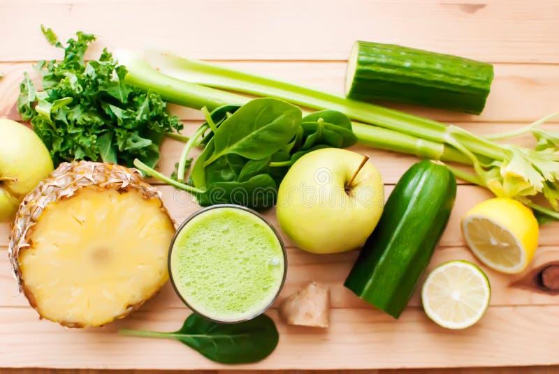 Gesunder grüner Detoxsaft stockbilder