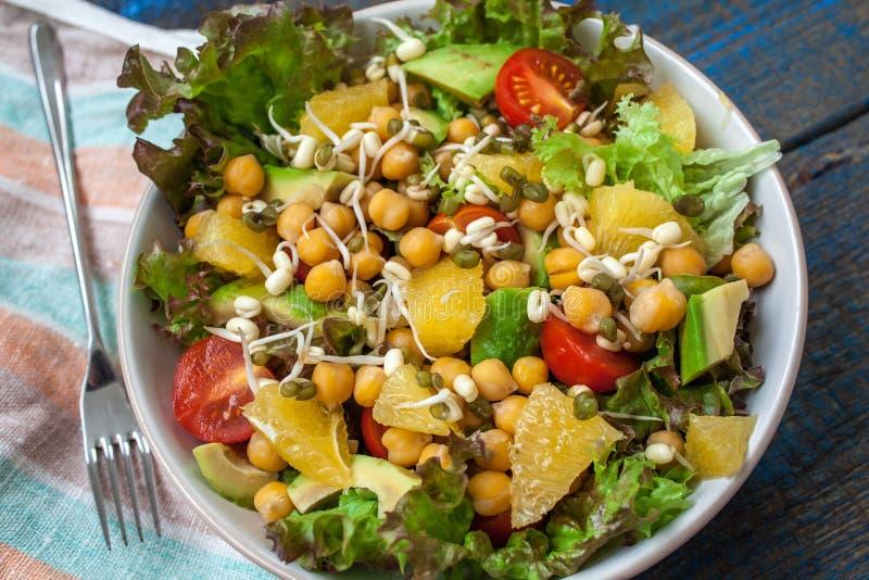 Gesunder grüner Salat mit Orange, Avocado, Tomaten stockfoto
