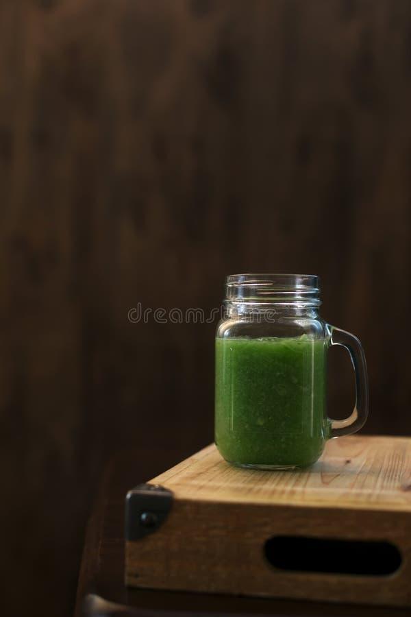 Gesunder grüner Smoothie auf einem Holztisch Selektiver Fokus stockbilder