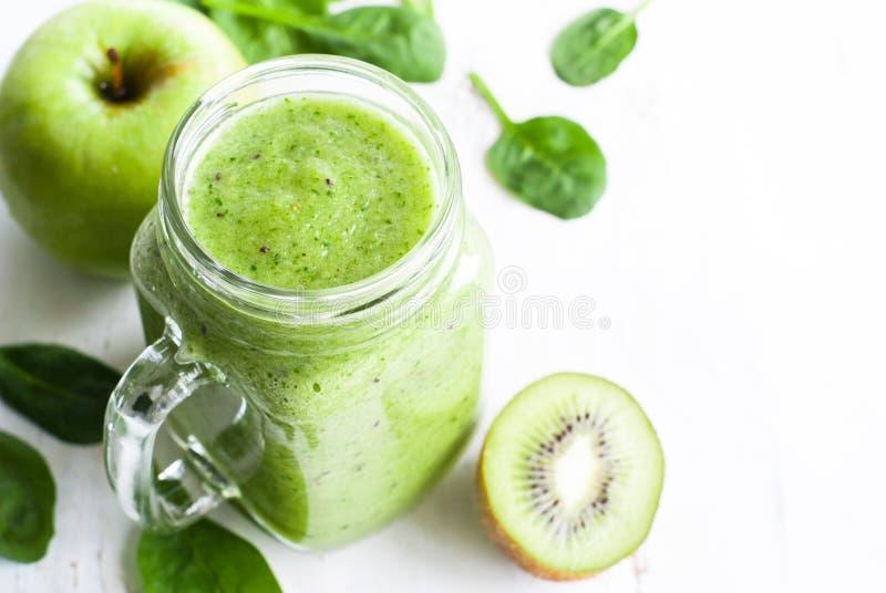 Gesunder grüner Smoothie im Glas stockbild