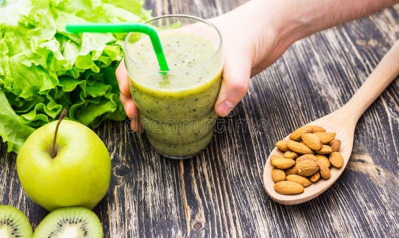 Gesunder grüner Smoothie mit Kiwi, Apfel auf rustikalem hölzernem Hintergrund lizenzfreie stockbilder