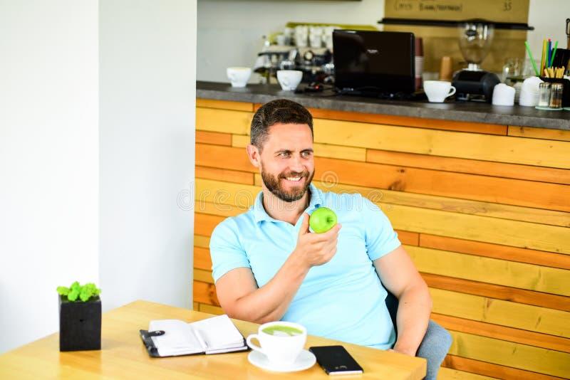Gesunder Imbiß Das Mittagessen essen Apfel Gesunde Gewohnheiten Kaffeepause zum sich zu entspannen Gesunde Mannsorgfalt-Vitaminna lizenzfreies stockbild