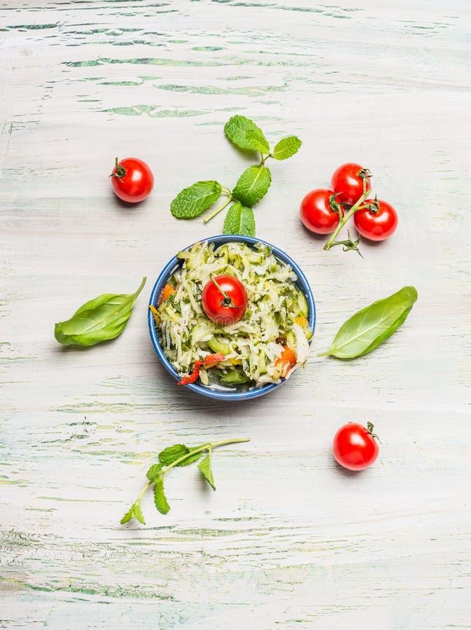 Gesunder Kohlsalat in der Schüssel mit Tomaten, Draufsicht stockfotos