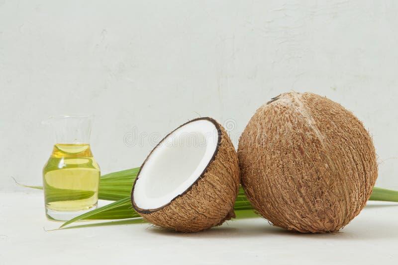 Gesunder Kokosnussöl, tropisch, Schönheitsbadekurortkonzept - nah oben von lizenzfreie stockfotografie