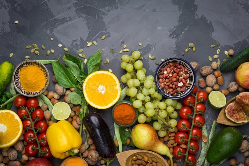 Gesunder Lebensmittelhintergrund, Rahmen des biologischen Lebensmittels Bestandteile für das gesunde Kochen: Gemüse, Früchte, Nüs stockfotografie