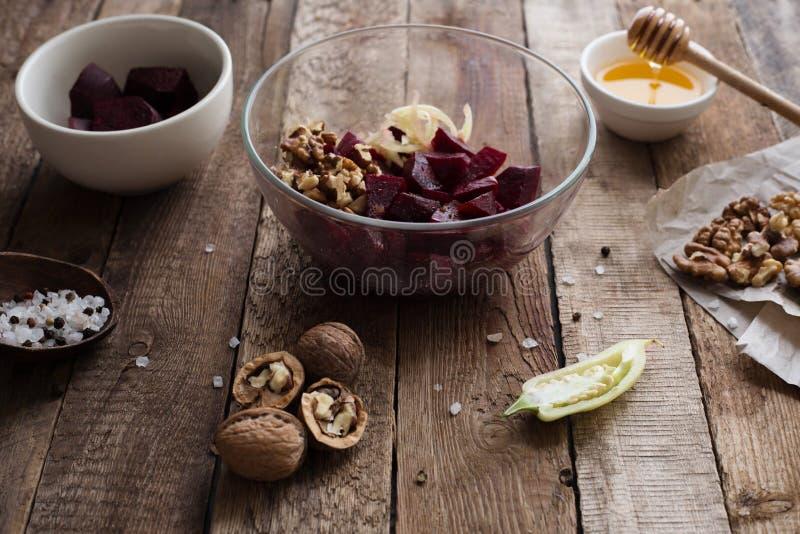 Gesunder Lebensmittelsalat mit Nüssen stockfoto