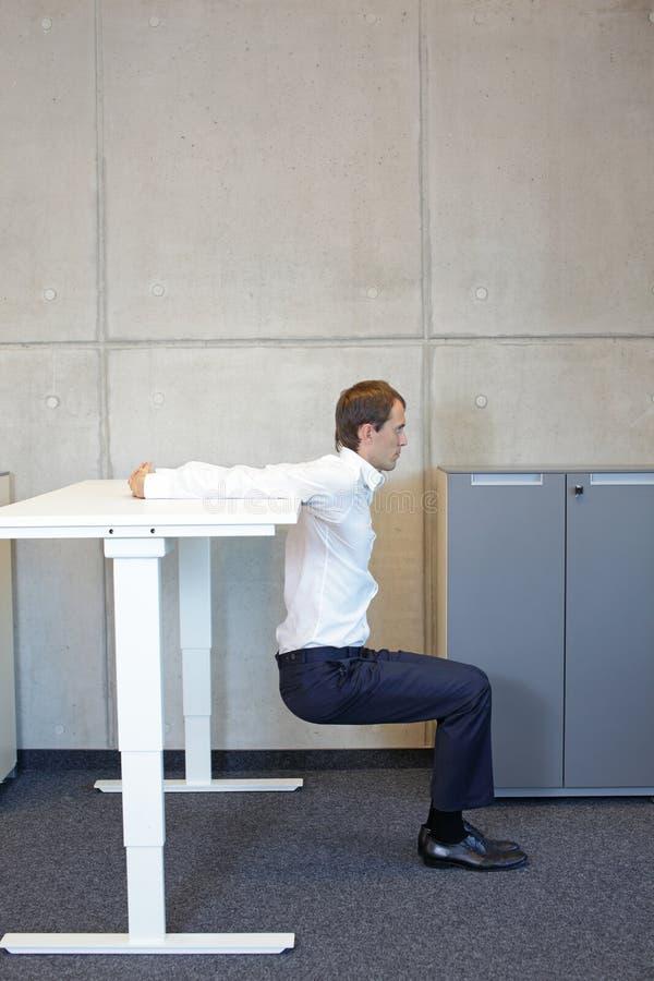 Gesunder Lebensstil in der Büroarbeit - Stretching am Schreibtisch stockfoto