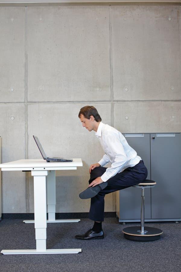 Gesunder Lebensstil in der Büroarbeit - Stretching am Schreibtisch stockfotografie