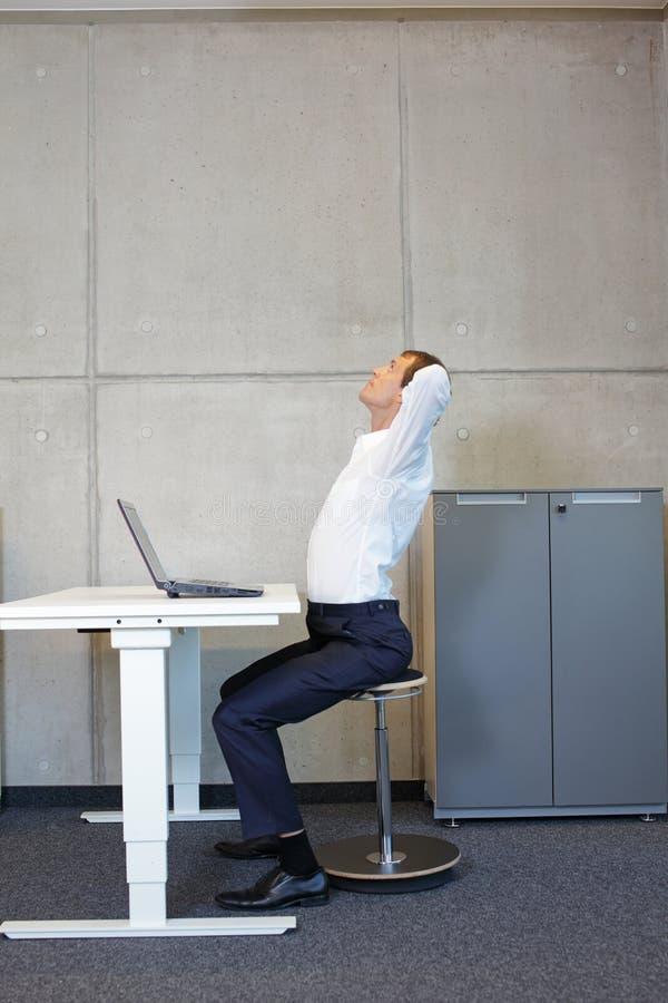 Gesunder Lebensstil in der Büroarbeit - Stretching am Schreibtisch lizenzfreies stockbild