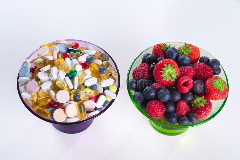 Gesunder Lebensstil, Diätkonzept, Frucht- und Vitaminergänzungen mit auf weißem Hintergrund lizenzfreie stockfotografie