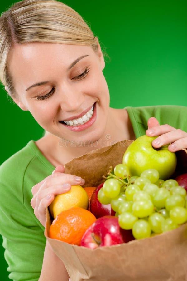Gesunder Lebensstil - Frau mit Frucht im Papierbeutel stockfoto