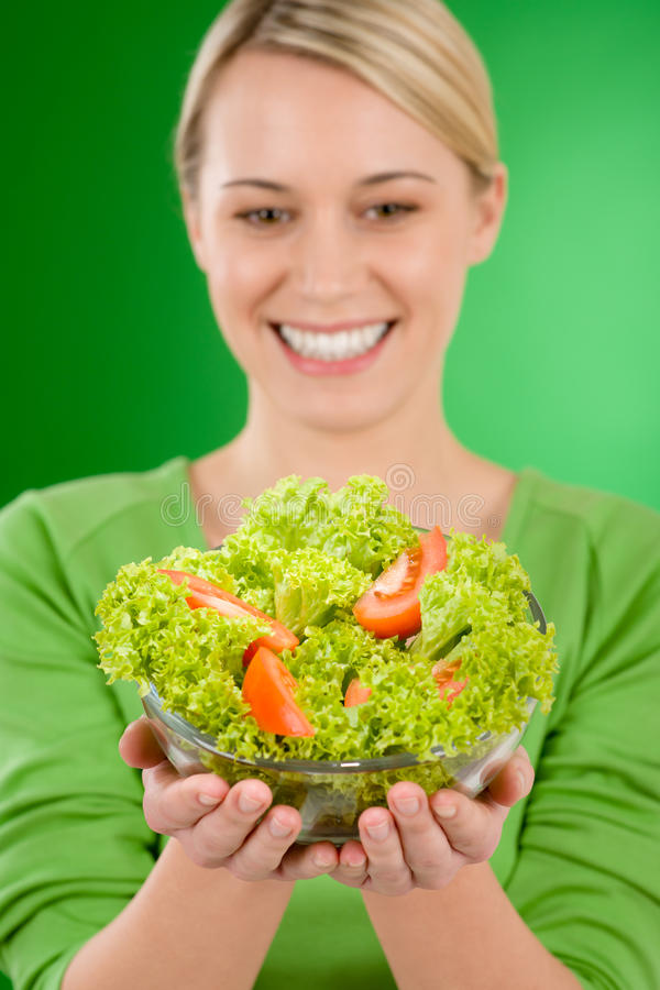 Gesunder Lebensstil - Frau mit Gemüsesalat lizenzfreie stockfotografie