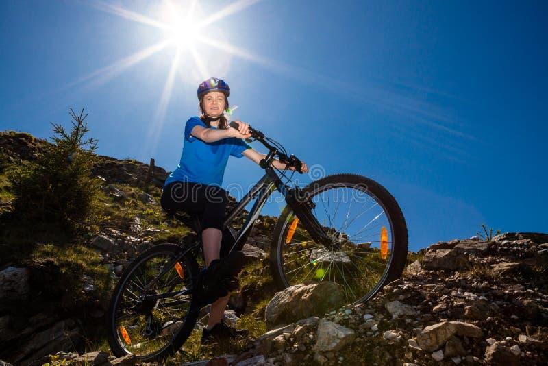 Gesunder Lebensstil - Frauenradfahren lizenzfreie stockbilder