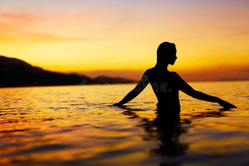 Gesunder Lebensstil, Gesundheit Frau, die Seesonnenuntergang genießt Sommer VAC lizenzfreie stockfotos