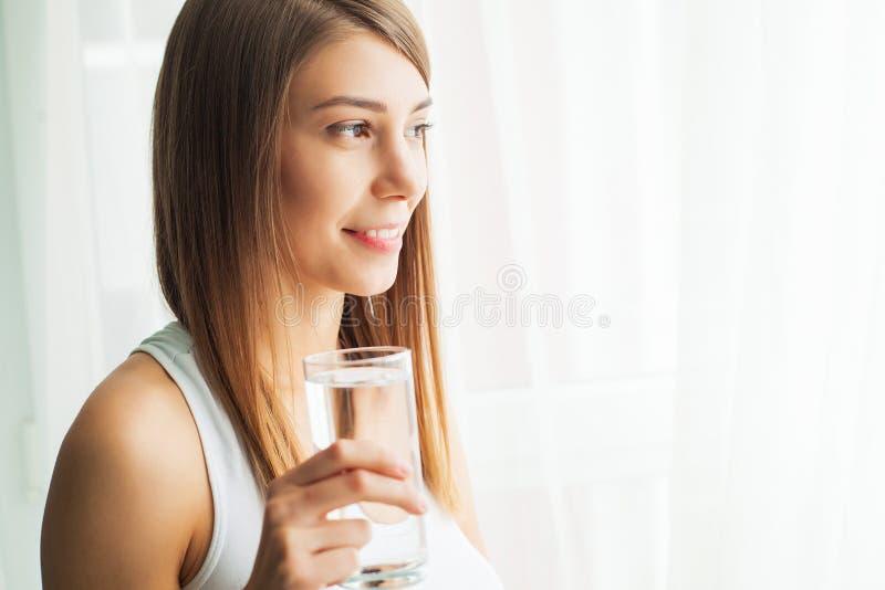 Gesunder Lebensstil Nahaufnahme-Porträt des junge Frauen-trinkenden erneuernden reinen Wassers vom Glas Gesundheitswesen getränke stockfotos