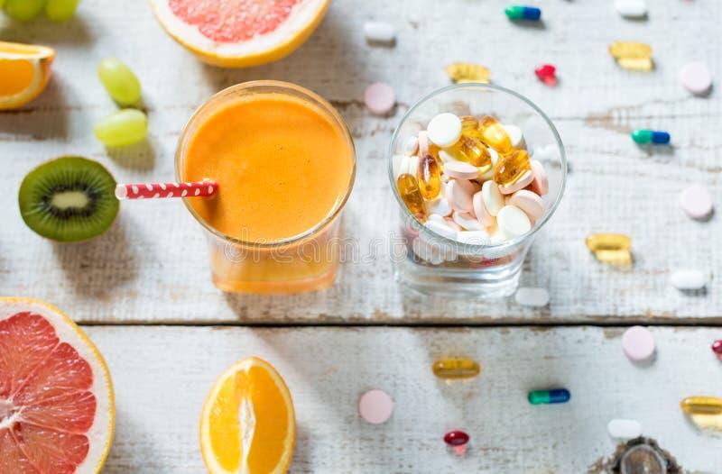Gesunder Lebensstil und Diätkonzept Frucht, Pillen und Vitaminergänzungen lizenzfreies stockfoto
