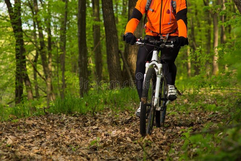 Gesunder Lebensstil und Eignungskonzept mit Berg fahren Mann den im Freienrad stockfotografie