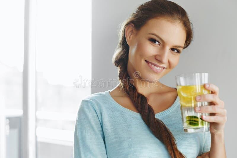 Gesunder Lebensstil und Lebensmittel Frauen-trinkendes Frucht-Wasser detox H stockfoto