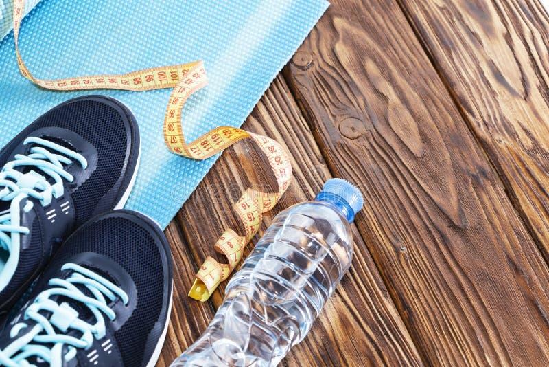 Gesunder Lebensstil- und Sporthintergrund Sportschuhe und Wasserflasche auf hölzernem Hintergrund mit copyspace, topview stockfotos