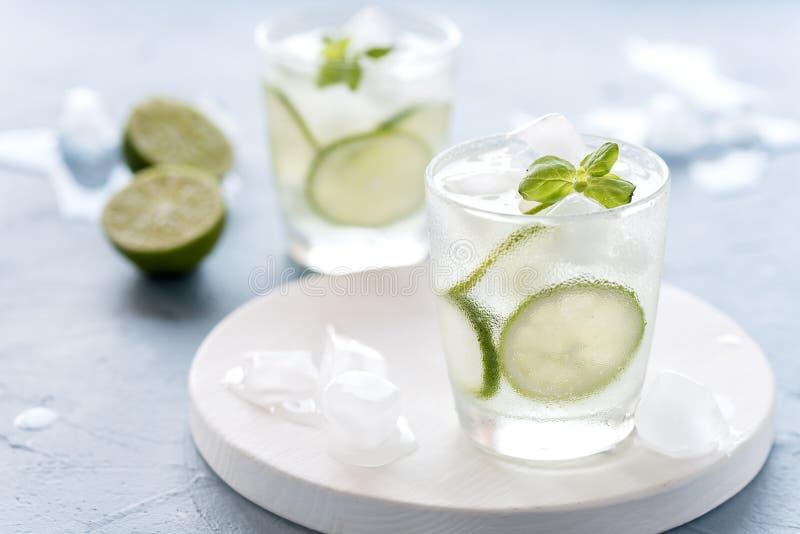 Gesunder Limonaden-Kalk mit frischer Minze und Eis in einem Glas auf blaues Hintergrund geschmackvolles selbst gemachtes Detox-Wa lizenzfreies stockbild