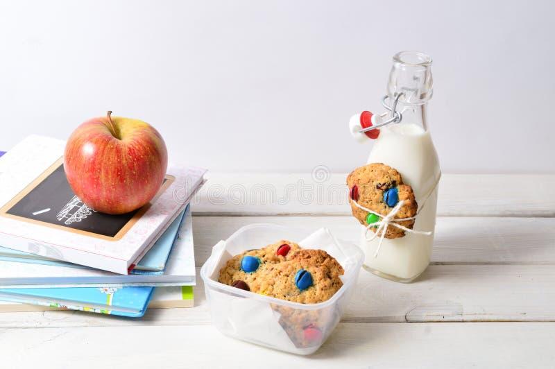 Gesunder Lunchbox mit Büchern und Milch lizenzfreies stockbild