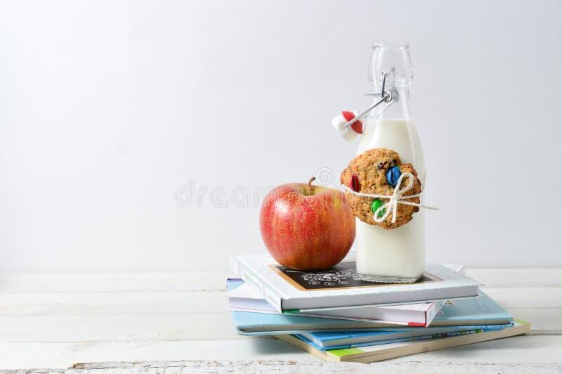 Gesunder Lunchbox mit Büchern und Milch stockbild