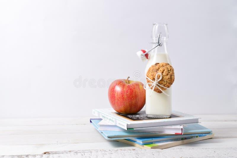 Gesunder Lunchbox mit Büchern und Milch stockfoto