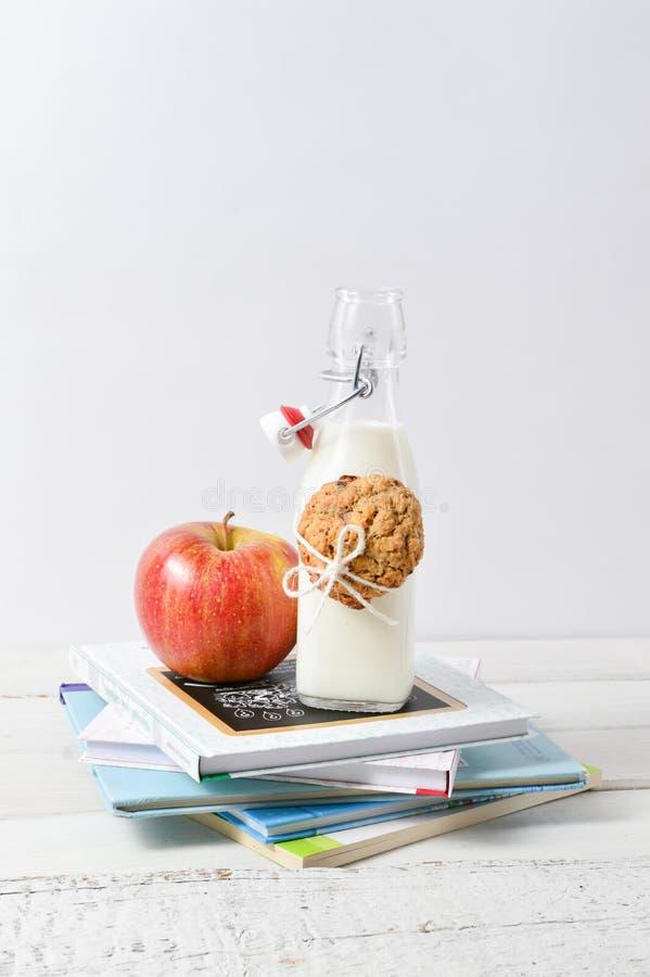 Gesunder Lunchbox mit Büchern und Milch stockfotos