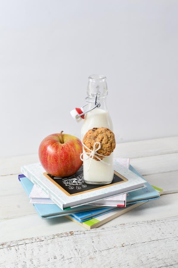 Gesunder Lunchbox mit Büchern und Milch lizenzfreie stockfotografie
