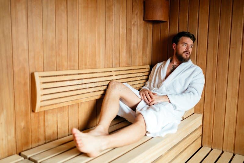 Gesunder Mann in der entspannenden Sauna stockbilder