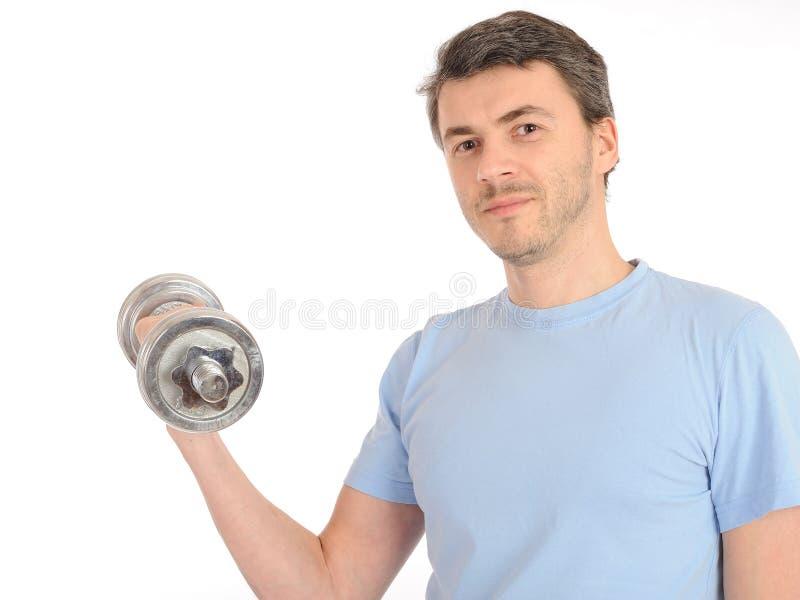Gesunder Mann, der mit freien Gewichten ausarbeitet lizenzfreie stockfotos