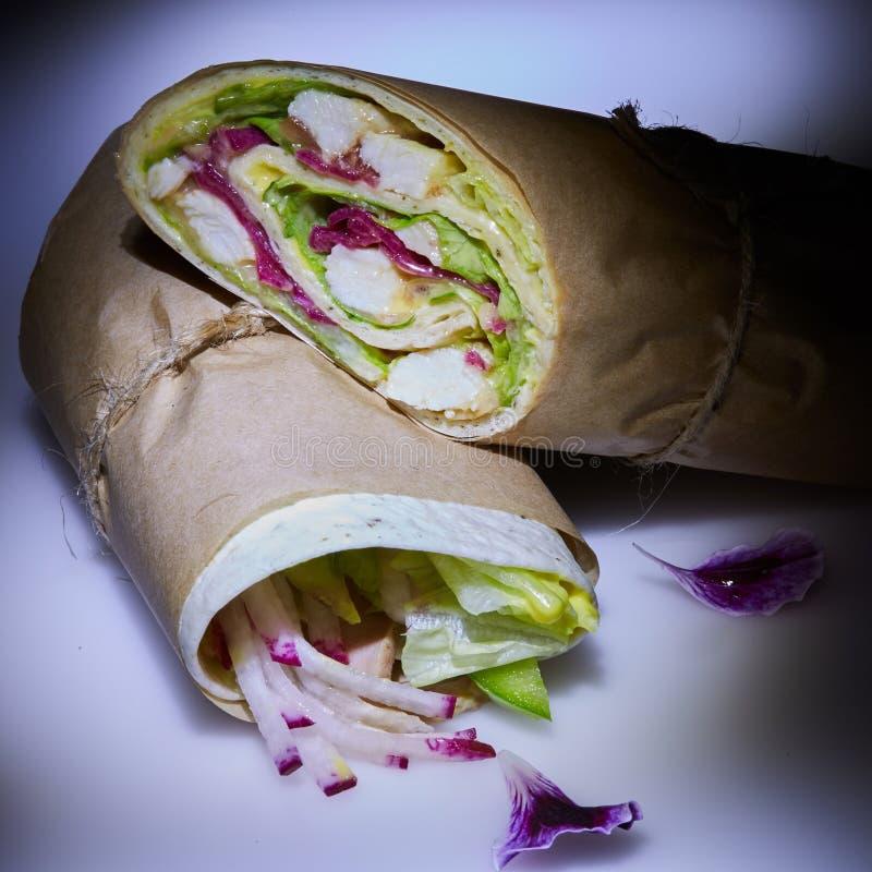Gesunder Mittagessensnack Stapel der mexikanischen Straßennahrungfajitatortilla wickelt mit gegrillter Büffelhühnerleiste und fri stockfoto