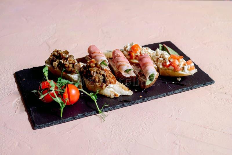 Gesunder Mittagessensnack Stapel der mexikanischen Stra?ennahrungfajitatortilla wickelt mit gegrillter B?ffelh?hnerleiste und Fri stockfoto