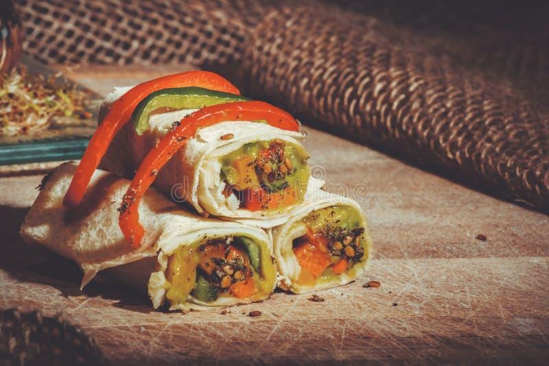 Gesunder Mittagessensnack Stapel mexikanische Straßenlebensmittel Fajita-Tortillaverpackungen mit Frischgemüse lizenzfreie stockfotografie