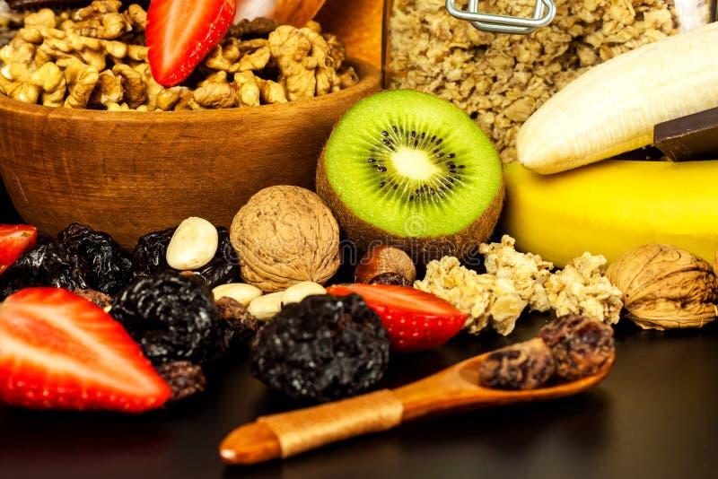 Gesunder Nahrungsmittelhintergrund mit selbst gemachtem Hafermehlgranola oder muesli mit Frucht Muesli mit Muttern Muesli auf ein lizenzfreie stockbilder