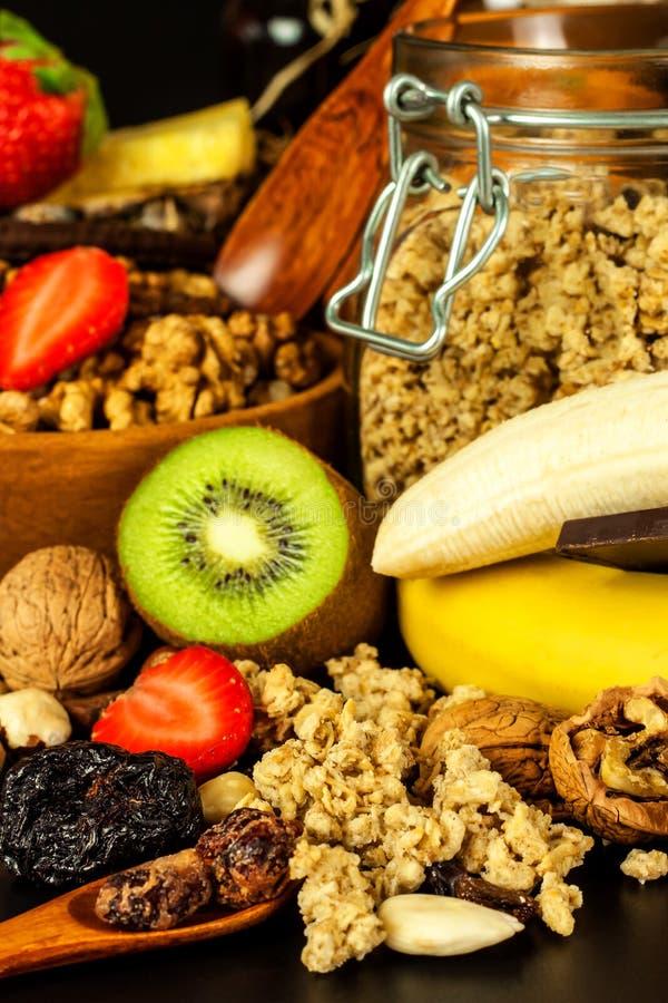 Gesunder Nahrungsmittelhintergrund mit selbst gemachtem Hafermehlgranola oder muesli mit Frucht Muesli mit Muttern Muesli auf ein stockfotografie