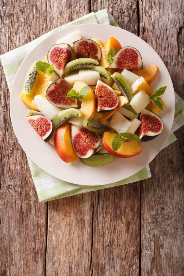 Gesunder Obstsalat mit Feige, Pfirsich, Melone, Kiwi und orange clos lizenzfreies stockfoto