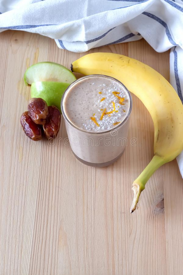 Gesunder organischer Dattel-, Bananen- und Apfelmilch Smoothie pulverisierte zerrissene Kokosnuss und frisches Diätfrühstück des  lizenzfreies stockfoto