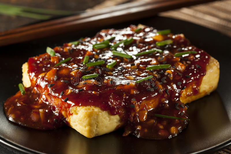 Gesunder organischer gegrillter Tofu mit würziger Knoblauch-Soße stockfotos