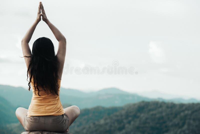 Gesunder Reisendfrauenlebensstil balancierte das Üben meditieren und Zenenergieyogafreien am Morgen die Gebirgsnatur lizenzfreies stockbild