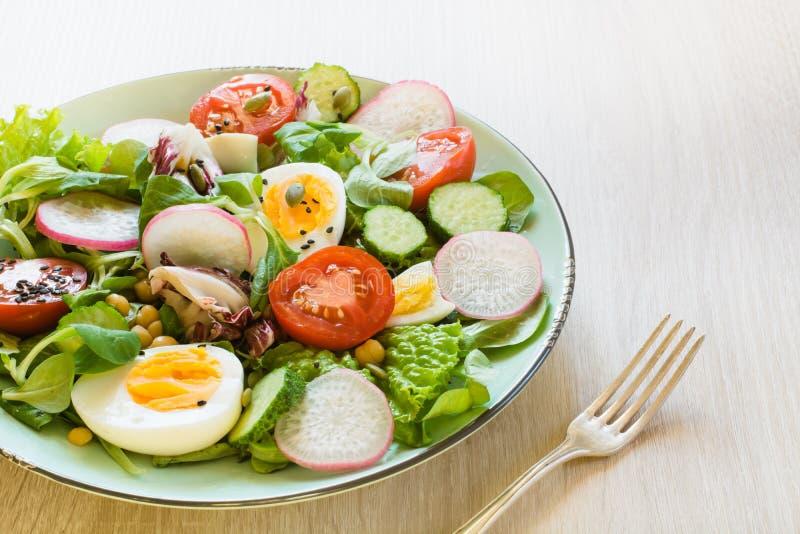 Gesunder Salat mit Gemüse und Eiern auf Holztisch Vollkost für Gewichtsverlust Schließen Sie oben, kopieren Sie Raum lizenzfreie stockfotografie