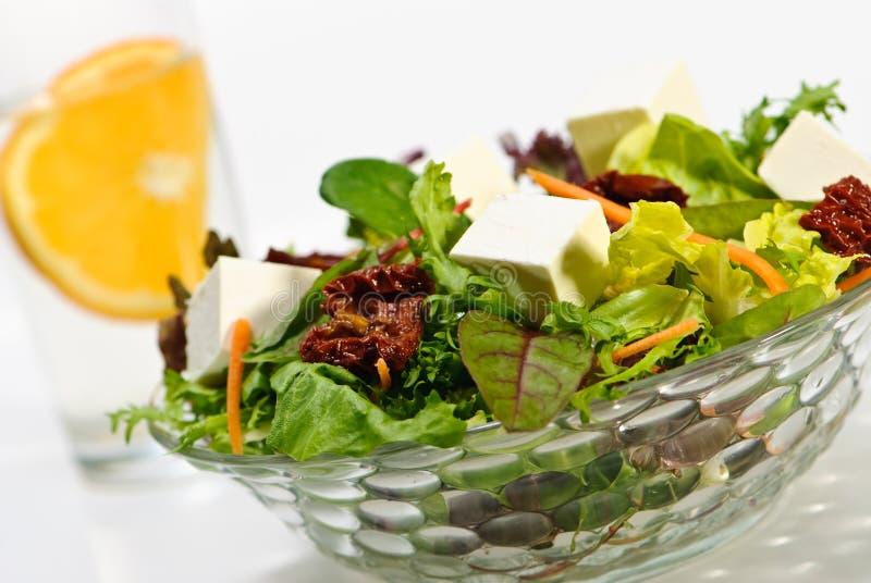 Gesunder Salat mit Käse stockfoto
