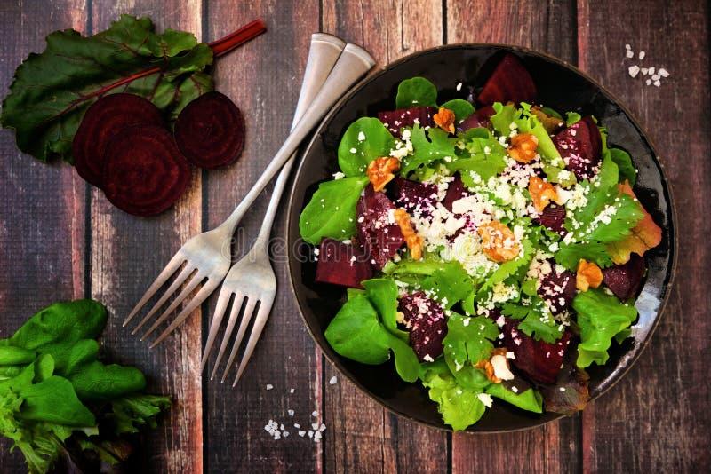 Gesunder Salat mit roten Rüben, Mischgrüns, Karotten und Feta, über Ansichtszene gegen Holz lizenzfreies stockfoto