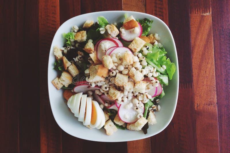 Gesunder Salat OM hölzern lizenzfreie stockfotos