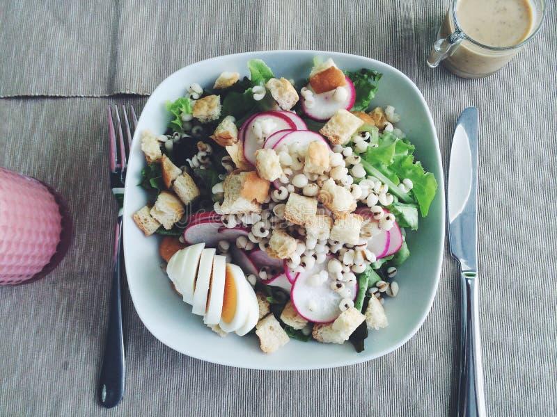 Gesunder Salat OM hölzern stockfoto