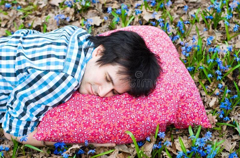 Gesunder Schlaf. Mann. Kissen. Blumen stockfotos