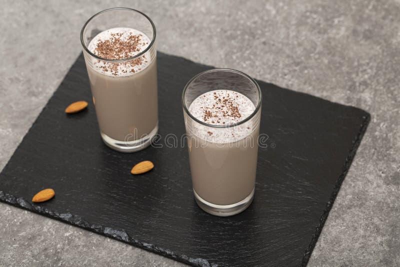 Gesunder Schokoladen-Proteindrink mit Mandelmilch, -banane, -schokolade und -n?ssen Geschmackvolles und gesundes Fr?hst?ck stockfotos