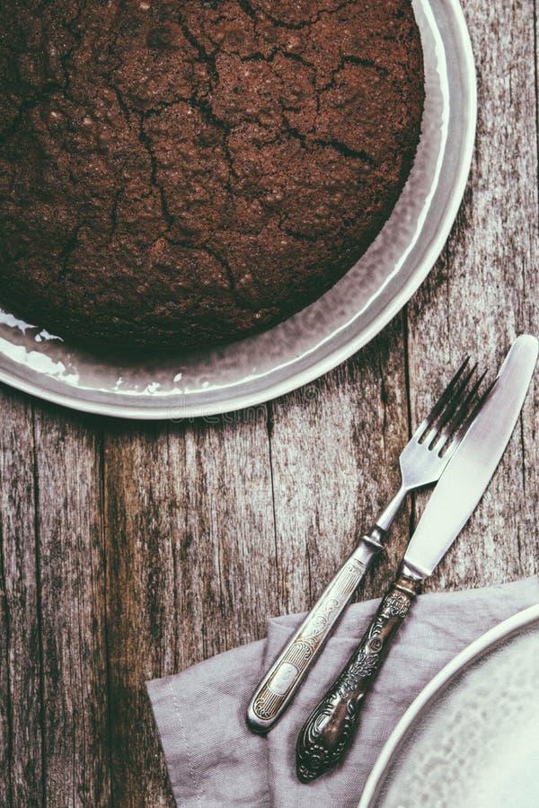 Gesunder Schokoladenkuchen mit roter Rübe auf einer grauen Platte stockbilder