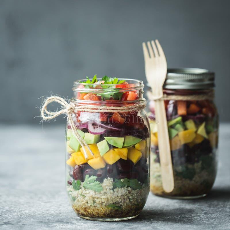 Gesunder selbst gemachter Salat im Weckglas mit Quinoa und Gemüse Gesunde Nahrung, sauberes Essen, Diät und Detox Kopieren Sie Pl lizenzfreie stockfotografie