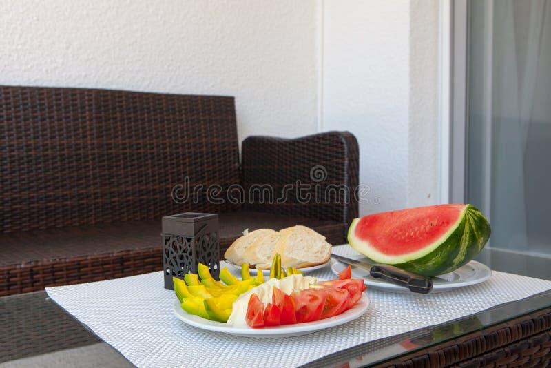 Gesunder Snack des Sommers diente auf Portaltabelle im Freien lizenzfreie stockfotografie
